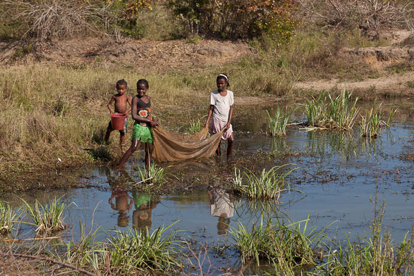 Madagaskar: Kinder beim Fischen