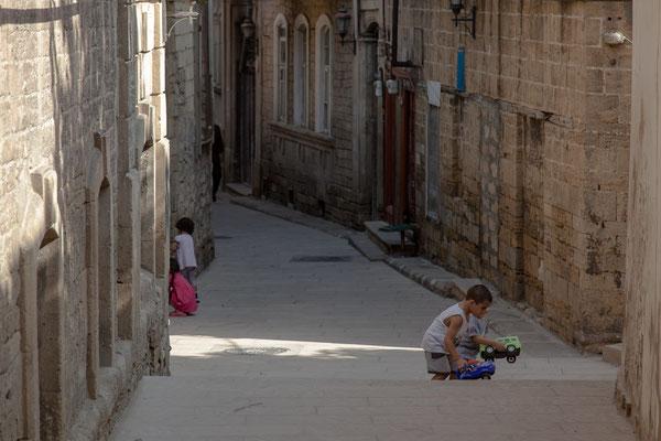 Azerbaijan - Spielende Kinder in den Gassen der Altstadt von Baku