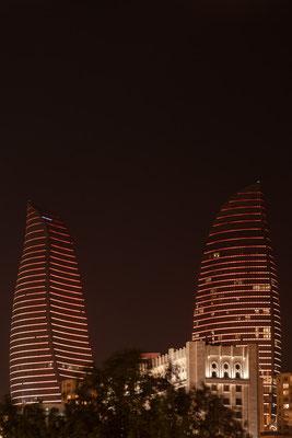 """Azerbaijan - Nachtaufnahme in der Altstadt von Baku - die """"Flame Towers"""""""