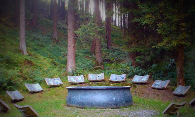 Hexenkessel mit 13 Bildtafeln als Teil des WaldSkulpturenWegs Wittgenstein-Sauerland, Künstlerin: Lili Fischer, Schmallenberg.