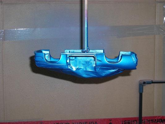 Blau lackiert und aufgehangen