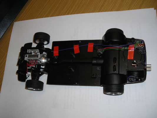 Betrieb mit 2 Knopfzellen CR2032. Auswechselbar am Unterboden angebracht.