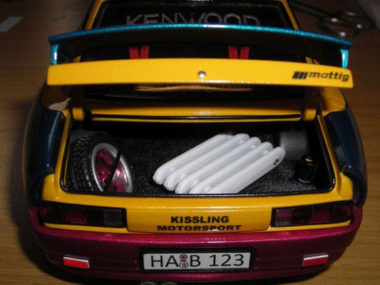 Kofferraum mit Ersatzrad und Heizkörper zum Beschweren der Hinterachse