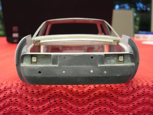 Beleuchtung eingebaut. Leitungen ins Aluminium gefräst um den Kofferraum weiter nutzen zu können