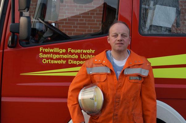DER GRUPPENFÜHRER  Führt die Löschgruppe im Einsatz. Übernimmt Einsatzleitertätigkeiten, leitet Übungsdienste und bildet insbesondere neue Mitglieder aus. Derzeit wird diese Funktion von Jochen Schafmeier bekleidet.