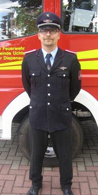 DER STELLVERTRETENDE ORTSBRANDMEISTER  Vertritt und unterstützt den Ortsbrandmeister in seiner Tätigkeit.  Derzeit wird diese Funktion von Matthias Jarks bekleidet.
