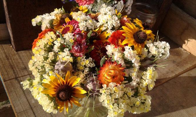 Zum Wochenende gibt`s auch einfache Blumensträuße.