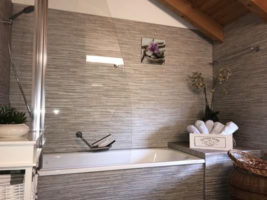 grosses Bad mit Wanne und Duschabtrennung