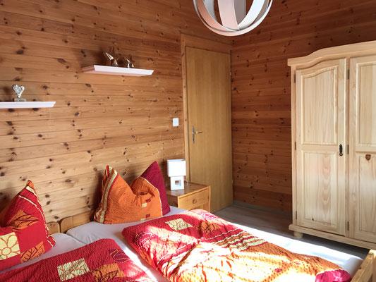 erstes Schlafzimmer mit Zugang zum Balkon