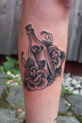 Flaschenpost tätowiert von Burns Seiken bei TNT in Marl   Tattoo done by Burns Seiken
