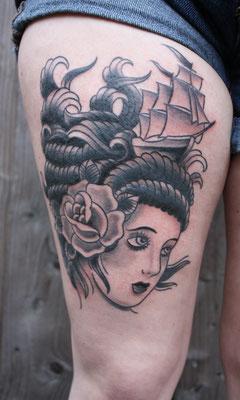 Frau mit Schiff tätowiert von Burns Seiken bei TNT in Marl   Tattoo done by Burns Seiken