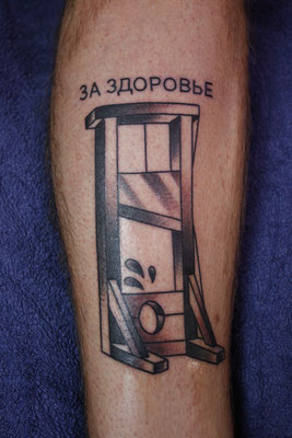 Guillotine tätowiert von Burns Seiken bei TNT in Marl   Tattoo done by Burns Seiken