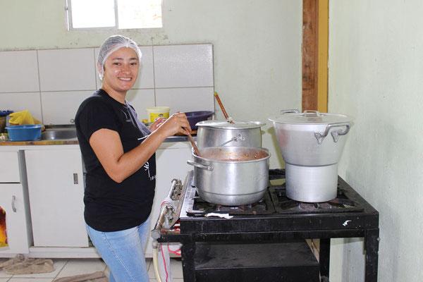 In der Küche hat bereits die Vorbereitung des Abendessen begonnen.