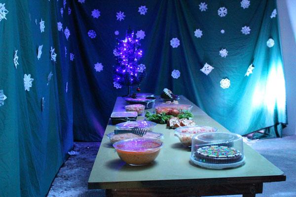 Ein reich gedeckter Tisch steht bereit.
