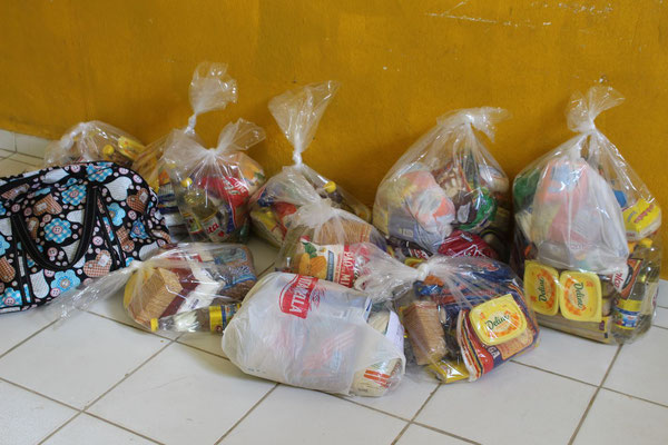 Dreissig Familien erhalten ein Paket mit Lebensmitteln.