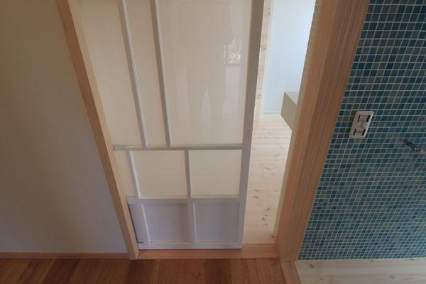 ナラの床、パインの白い床、モザイクタイルなどの異なる素材が隣り合う