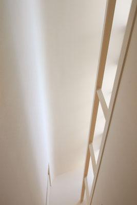 廊下見上げ 右手には窓拭き時のための手摺がある