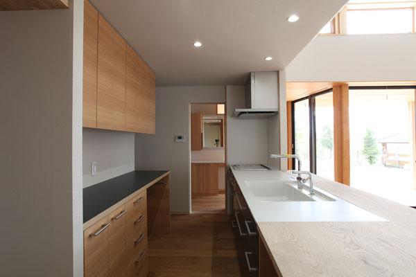 洗面脱衣室へ直接出られ、家事動線を最短にする。左壁の裏には2坪のパントリーがある