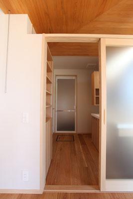 テラスから見る洗面脱衣室。奥にユニットバスがある