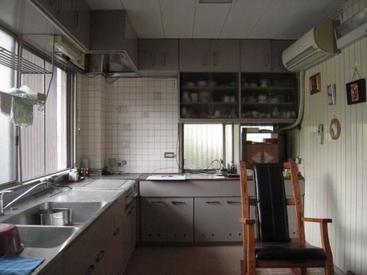 改修前のキッチン 次の建設当時写真と大きくは変わっていない