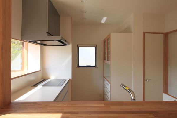 L型キッチン裏に冷蔵庫、食器棚、レンジ類を配置 最小限の動きで調理ができる