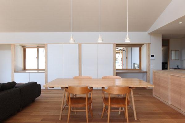 テーブルは栗天板の特注品。脚のデザインも今回新たに製作