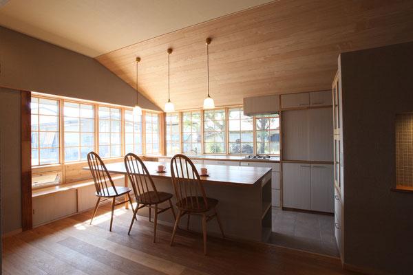 ダイニングテーブル、キッチンカウンターの窓高さをそろえている 明るく開放的なキッチンの提案