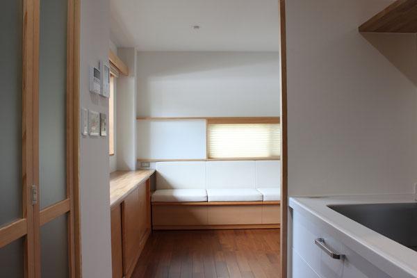 キッチンからベンチを見たところ 北面からの採光でも十分明るい