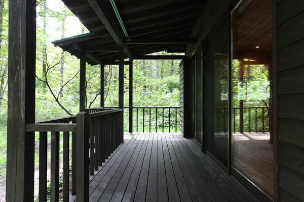 森のみどりがとても映える、気持ちのよいテラス。