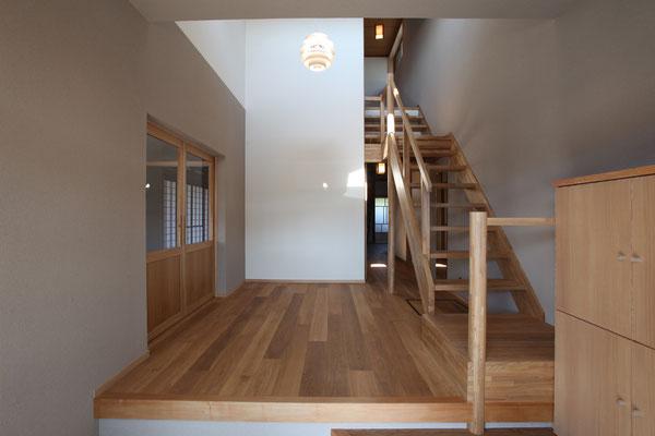 玄関を入ったところ 階段を右に寄せたことで左手のダイニングキッチンへ自然に導かれる
