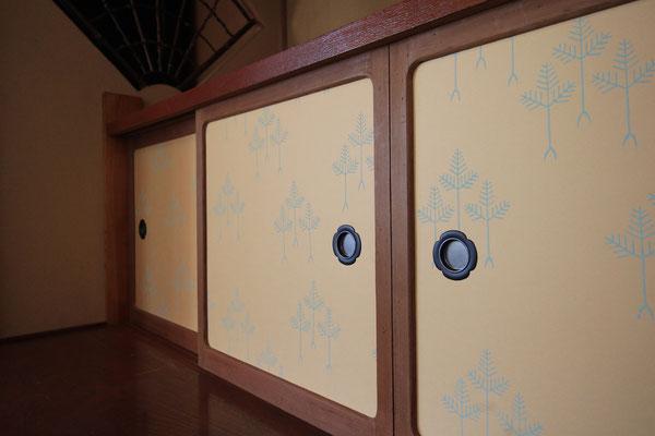 山崎商店の京唐紙「三本松」を貼っている