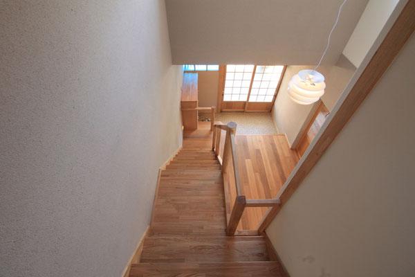 階段を上から見下ろす 幅が変わるのがわかる