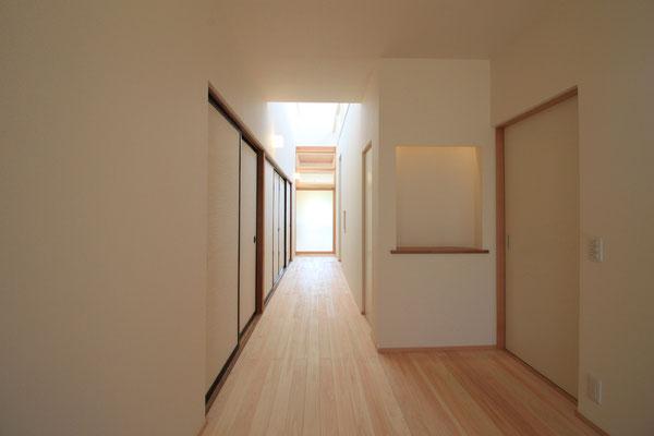 明るくなった玄関からの廊下見通し 左手の襖内部の座敷は工事範囲外とし、そのまま残した