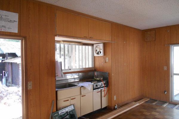 出窓部分の既存写真。とても狭いキッチンであった。