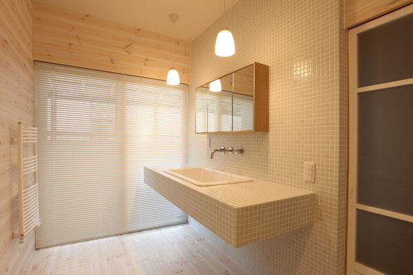 洗面所は白を基調とした空間で、モザイクタイル貼りの壁と洗面台 照明はペンダント