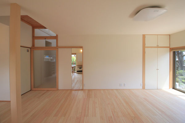 左手が廊下 一部分天井が廊下上部へと抜けていて、格子越しに光が入る