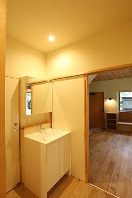 洗面所から玄関側を見る。
