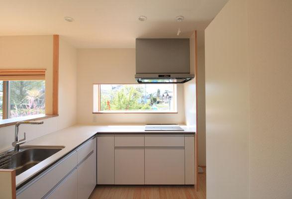 もとからある出窓はFixの透明とした 明るくて開放的な作業スペース