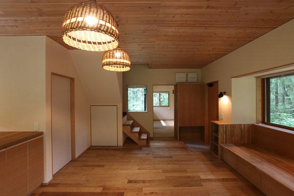 テラス側から寝室を見る。階段の曲がる部分から2階は既存のままである。