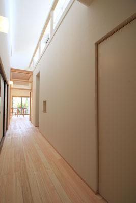 廊下に立つと上部の窓は見えず、光輝く天井だけが見える