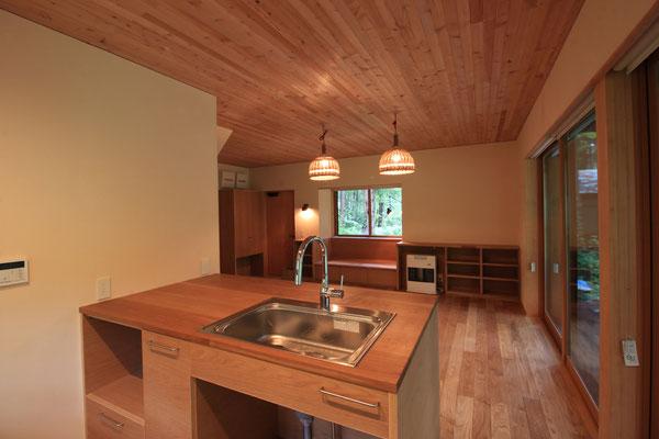 キッチンから玄関側を見返す。 シンク下にゴミ箱を置き、左手の開口部にはレンジを置く予定。