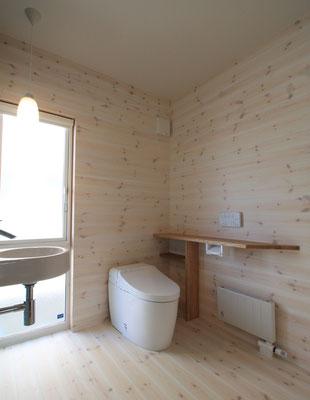 トイレは1坪あり、大きな窓からの光で明るい