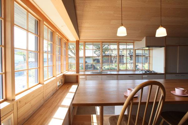 コーナーの様子 出窓下はベンチであり、テーブルを囲んで座ることができる