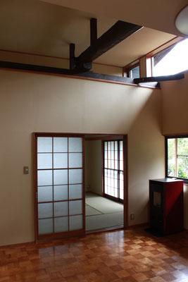 和室をダイニングにまたいで天井を高くしている