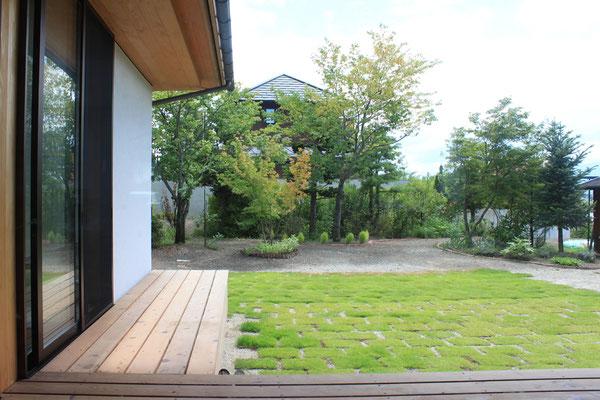 テラスから見た庭の景色