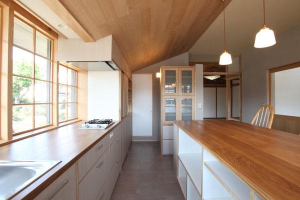 ベンチからコンロ側を見る 奥に冷蔵庫とパントリーがある