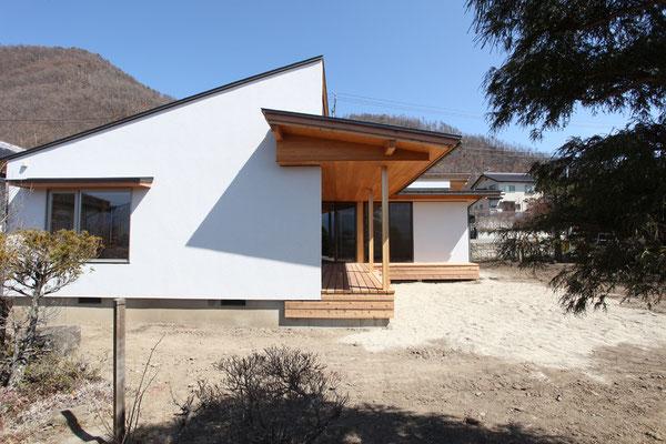 西側の外観。テラスの屋根の形状がわかる