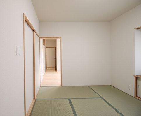 寝室は夫婦別々だが、お互いの気配がわかるように開口で繋がっている
