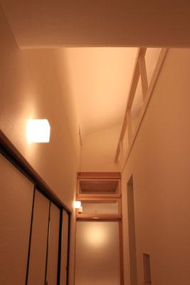 夜景 手摺には照明が仕込んであり、昼間と同じような光天井をつくる