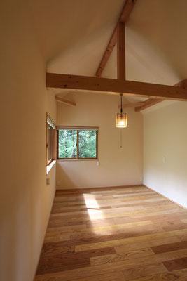 寝室は天井を高くした。L型のコーナー窓は南西向きでよく日差しが入る。